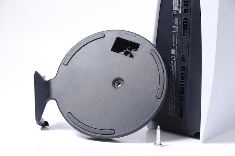 螺絲就藏於底座內,取出就可以用來鎖緊主機。