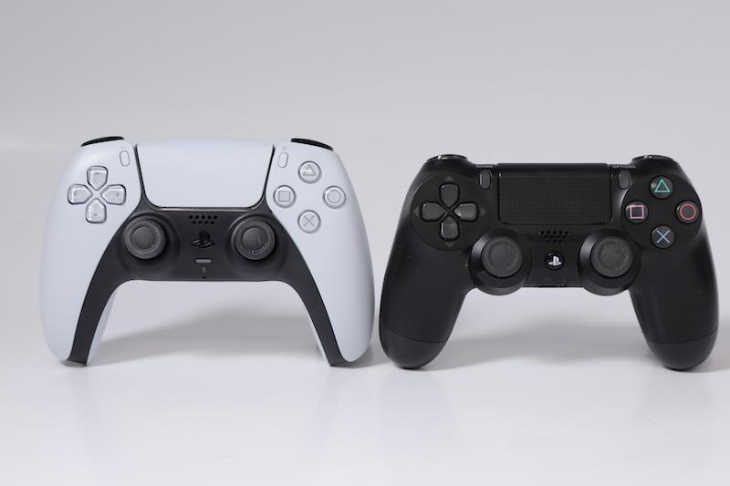 將 DualSense (左)與 DualShock 4 兩款手掣並排一起,明顯可見 DualSense 尺寸較大。