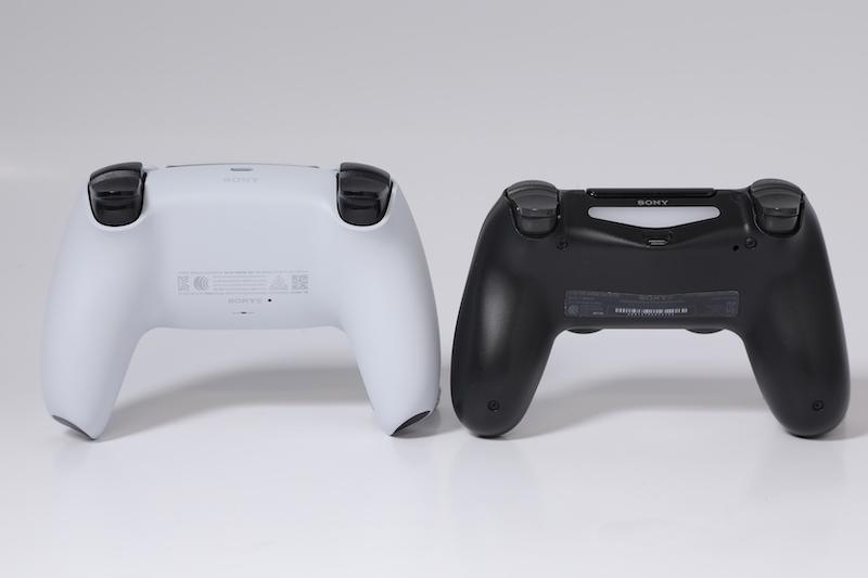 比較背面, DualSense 大尺寸就更加明顯,而 LR12 四鍵亦有加厚設計,提供更佳的回彈力及按觸。