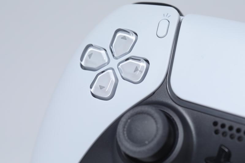 方向鍵設計分別不大,不過因為比 DualShock 4 更圓弧,比較上來就不會有頂到手的問題出現。