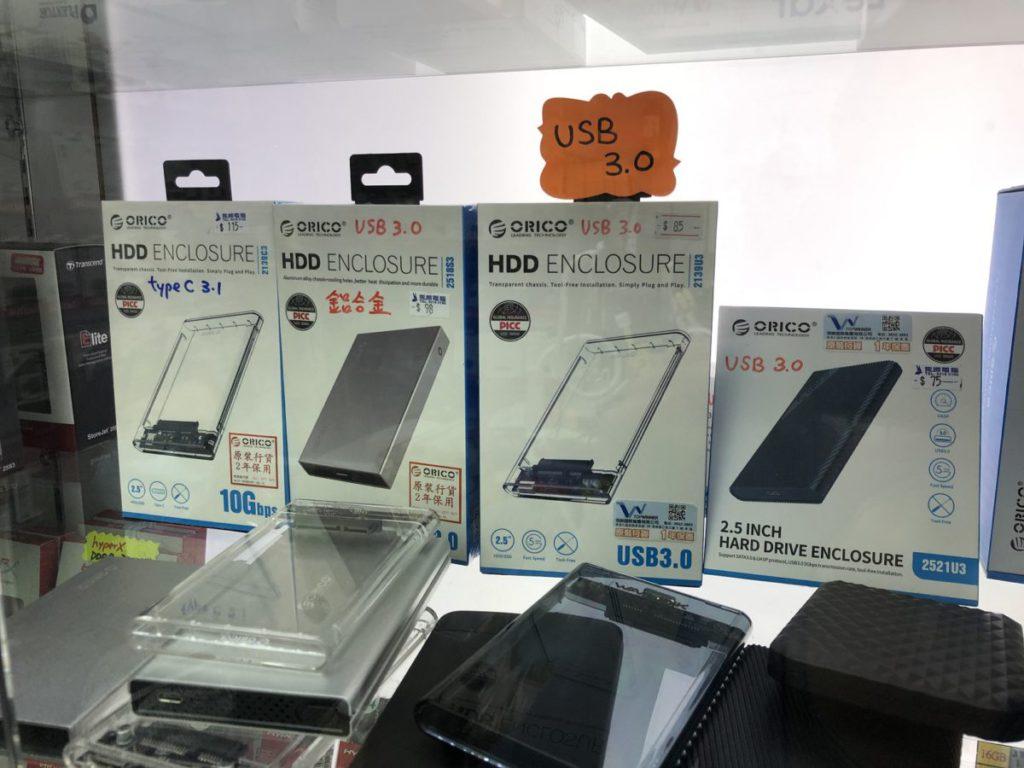 現成的外置SSD價錢都不算貴,而自行組裝最簡單只需買個2.5吋外置硬碟盒即可。