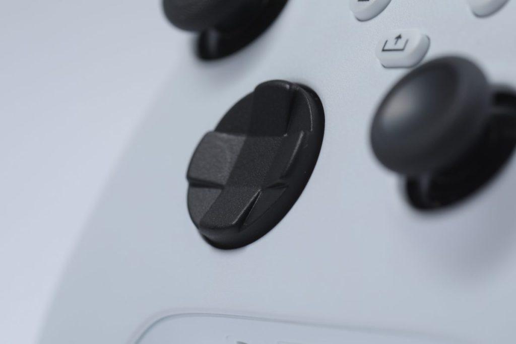 由十字鍵改為改成更深更弧的按盤,按斜向時就更加輕鬆。