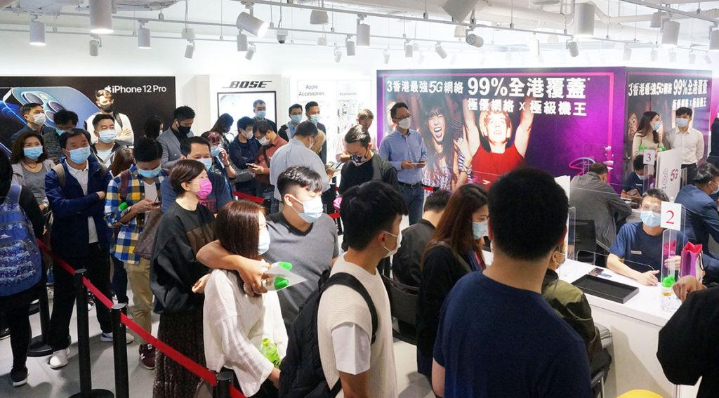 今日3香港安排客戶分批到門市上台出機,而且部份客戶已早上八點已抵達門市,希望第一時間拿到心頭好。