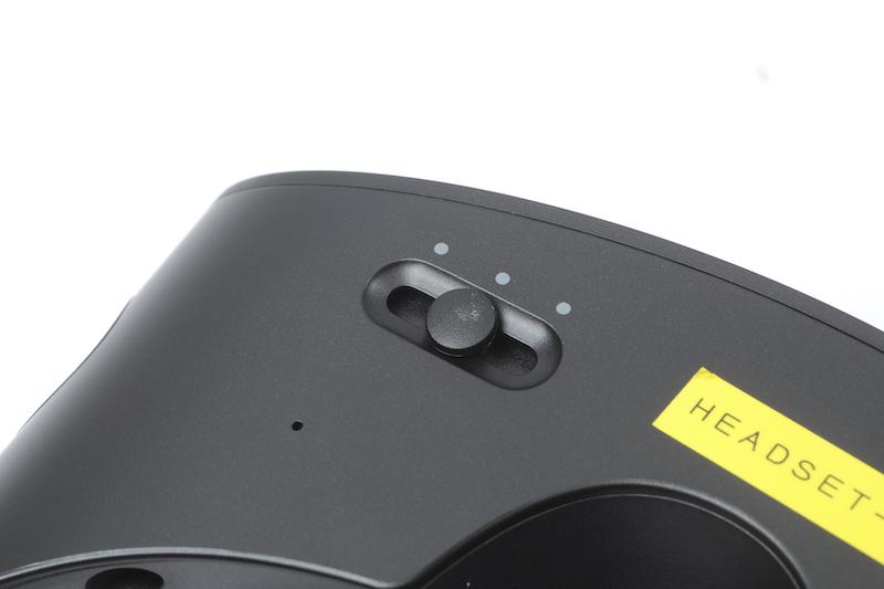 針對不同人的瞳孔距離不同,提供無段瞳孔距離調節,而且是移動 LCD 顯示屏,而非調整鏡片或軟件調整。圖左下角的小孔就是收音咪。
