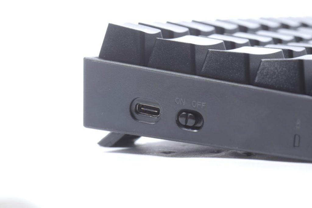 電源鍵及 USB 接口位於鍵盤左方。