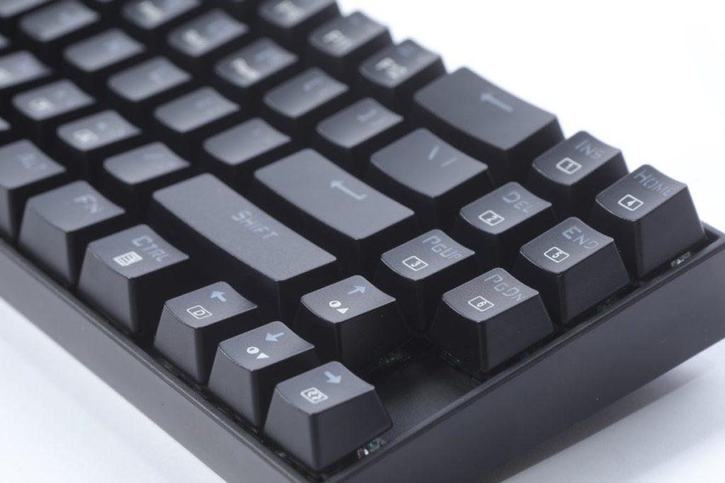 由於使用 70 鍵設計,不少按鈕都被整合。