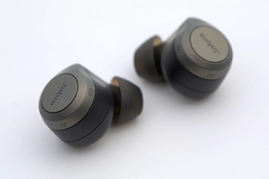 耳機配備六組合收音咪,以提升降噪及通話的效果