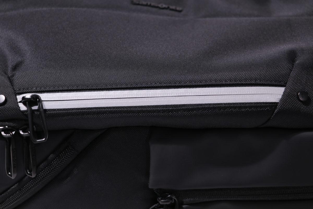 背包後面設有兩條反光飾邊,增加夜間活動的安全性。