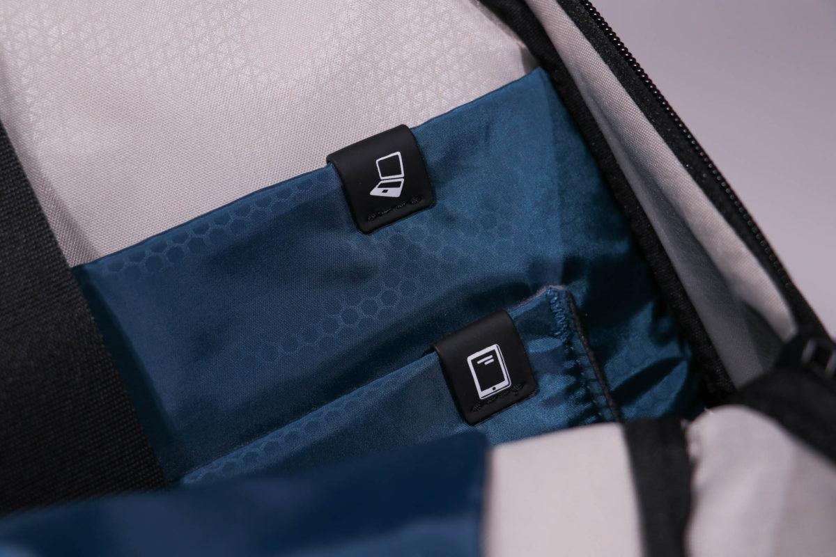 背包可放 15.6 吋手提電腦及 10.9 吋平板電腦。