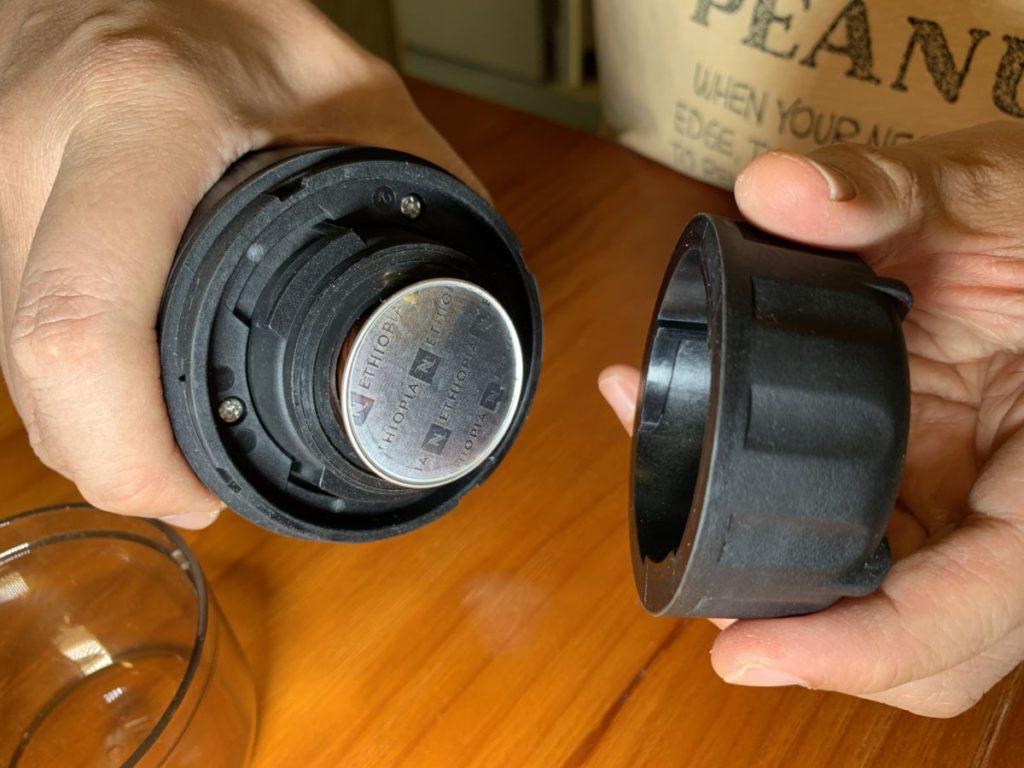 首先將咖啡粉囊放入粉囊室,擰實粉囊室蓋和透明咖啡杯。