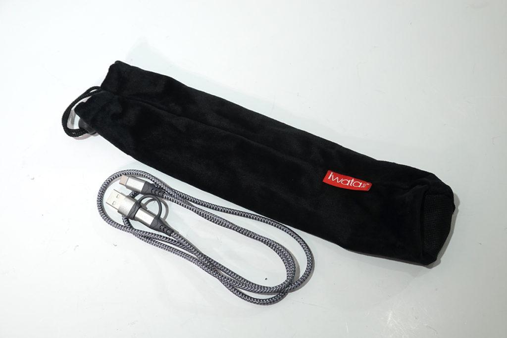 附送保護袋及充電線。