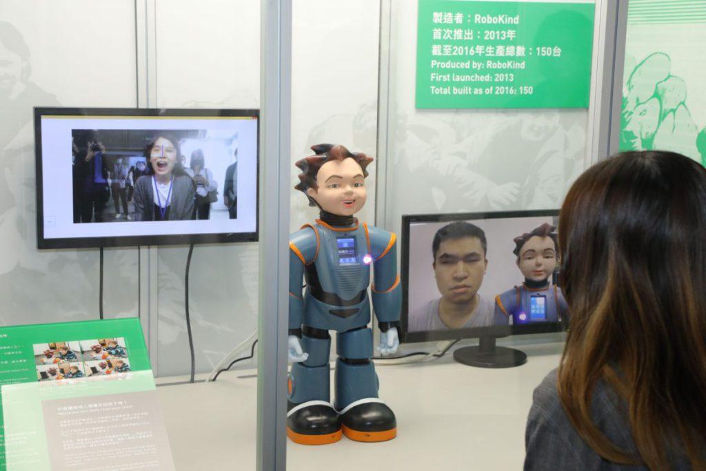 表情機械人能模仿真人的細緻表情,也可現場試玩,館內的職員正在示範。