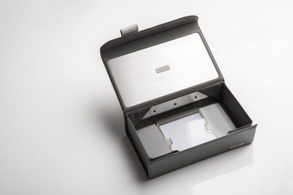 盒內採用 360° UV-C 滅菌光線設計,讓光線能照射到盒內每個角落