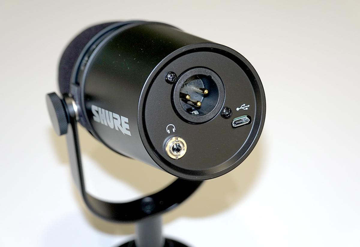 咪後有混合 XLR 及 micro-USB 插頭,亦有耳筒輸出。