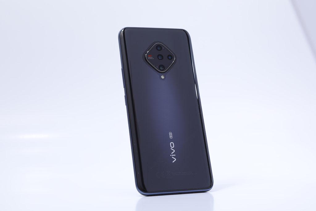 vivo X50e 5G利用3D玻璃弧面來減薄中框,達至 8.96mm 超薄機身效果。