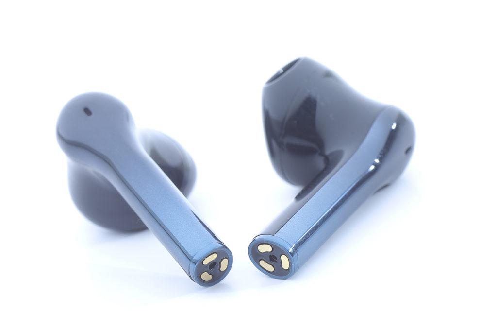 配備「滑動觸控」功能,在耳機柄位置引入「Slide Bar」跑道切面設計,用戶以指尖就可輕鬆地控制音量及各種通話功能。