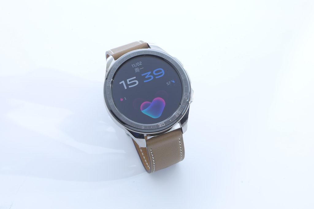 備有46mm及42mm版本的vivo Watch設計精細,陶瓷錶圈配合不鏽鋼錶身,帶出優雅風格亦可兼顧堅實的品質。