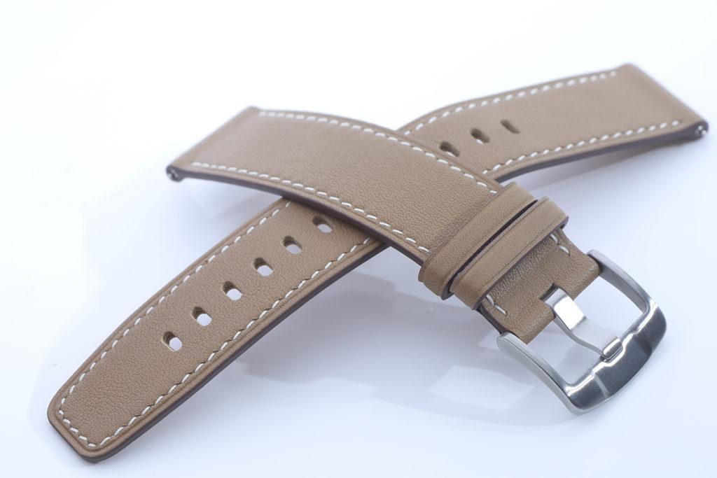 使用Nappa真皮錶帶或氟橡膠錶帶,佩帶觸感舒適細緻。