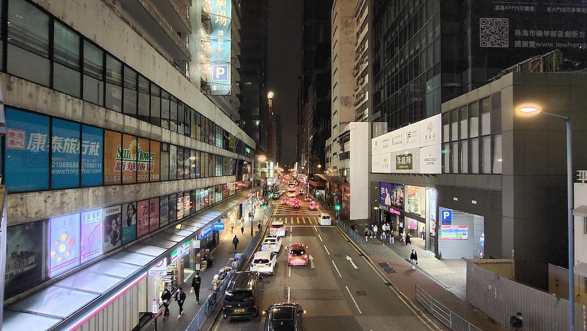 夜景模式下的超廣角拍攝(16mm),可見四角沒有變形或模糊之外,整體的景物也算清晰。