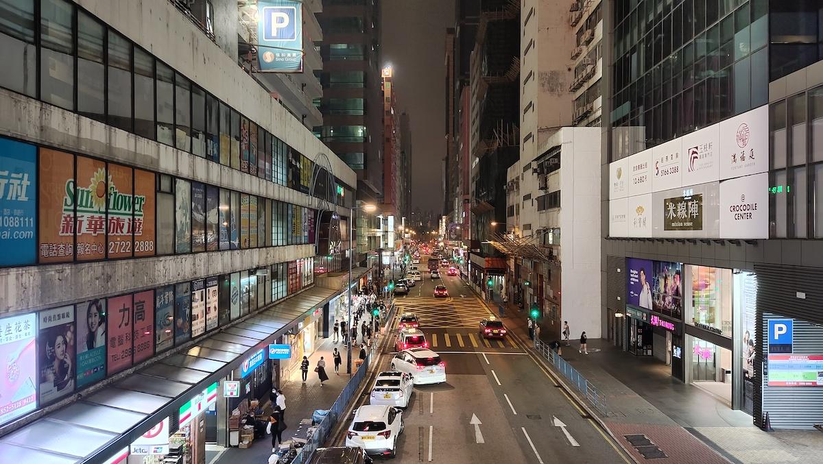 夜景模式下以廣角主鏡拍攝(25mm),出來的成像線條實淨,顏色準確,亮度也較高。