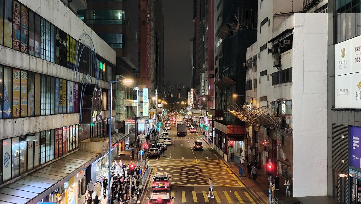 夜景模式下以變焦鏡頭拍攝(50mm),整體叫人滿意,連遠處大廈招牌上的字也能看得見。