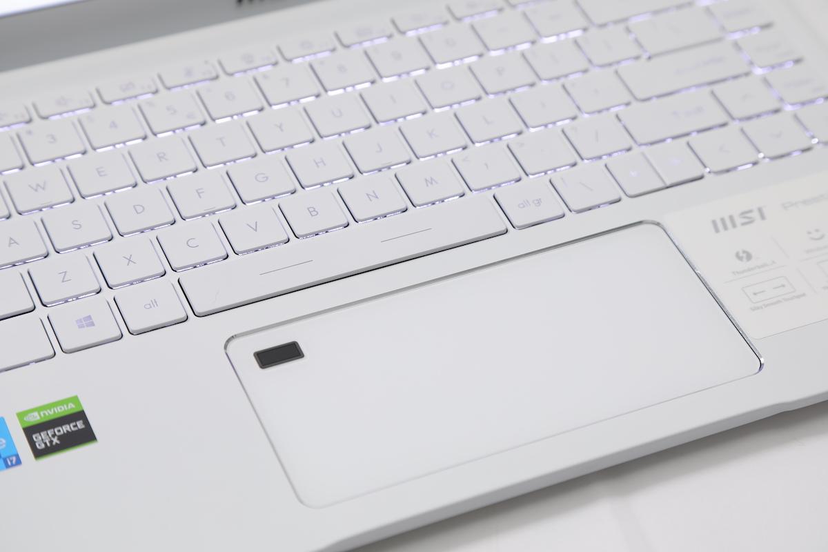 特闊的 TrackPad 相當好用,左上方更加入指紋辨識器。