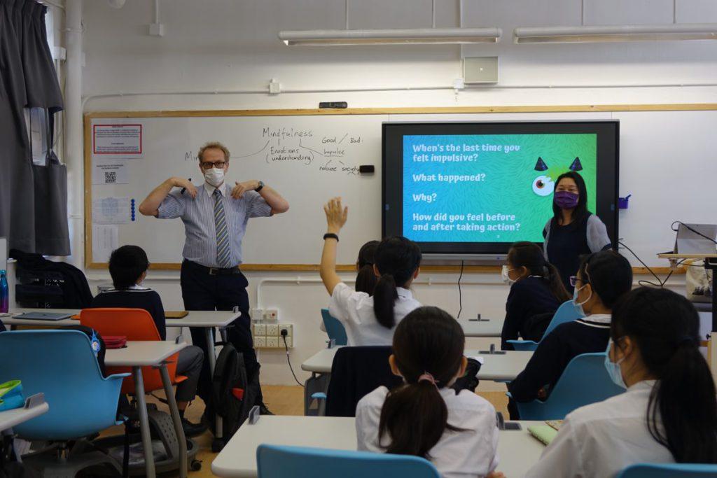 觀課的課堂為例,以Where、What、When和How的原則,讓學生認知以及思考如何面對情緒出現。