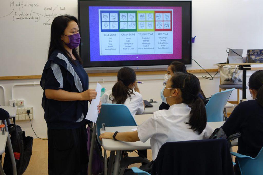 課堂間,老師和學生會談論處理情緒細節,當中是真正的互動而非單向傳授。