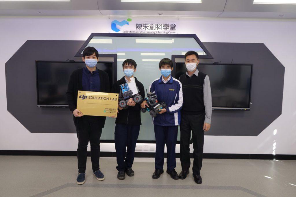 該校RobotMaster機甲大師比賽部分成員,(左起)指導教師李健朗、學生林登潔、劉偉邦和教師胡世康。