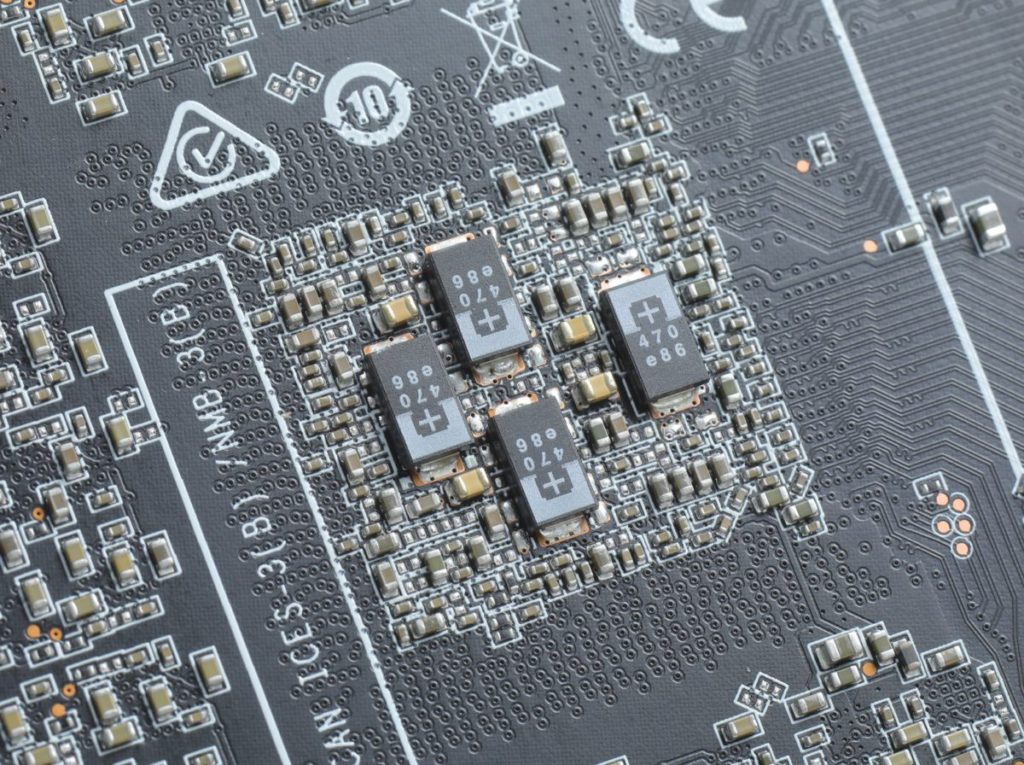 GPU 底部混合採用 POSCAP 及 MLCC 電容