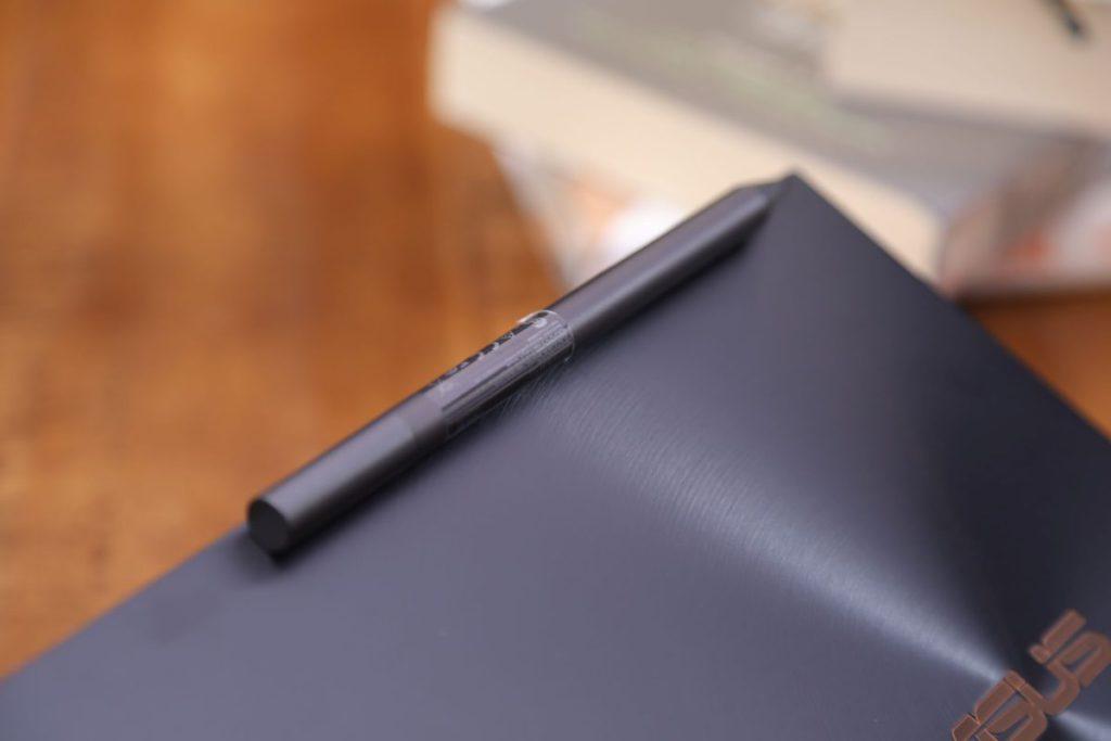 ASUS Pen 可以吸附在機背