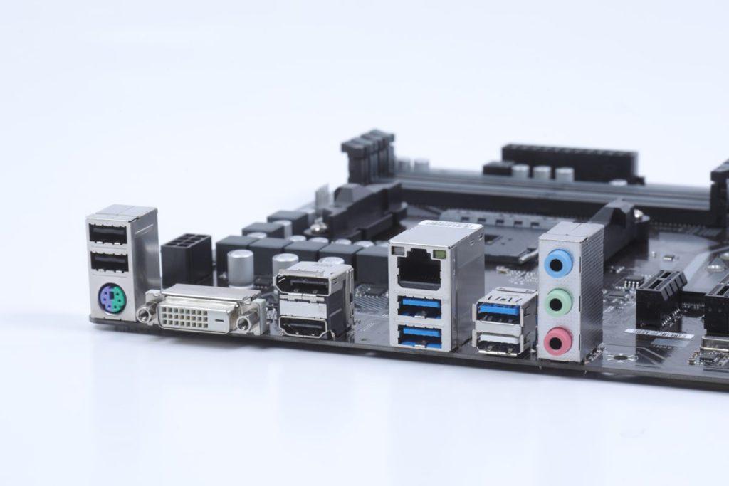背板有齊全的 DVI-D/DP/HDMI 輸出,也有 PS/2 等舊式輸入。