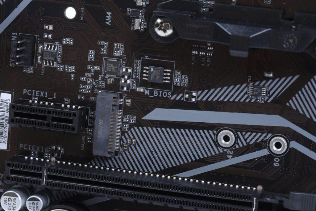 板上設有 1 組 M.2 Socket,可支援最高 PCI-E 3.0 x4 NVMe SSD。