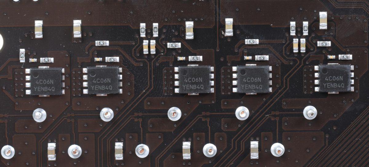板上的空間有限,所以背面仍然可以見到 MOSFET 晶片。