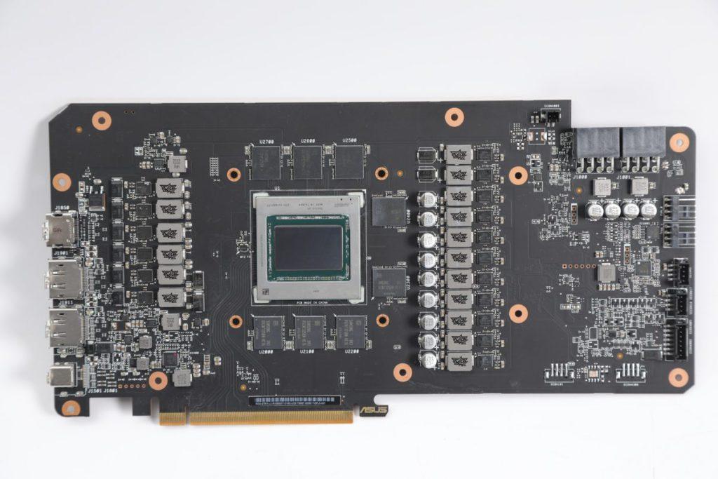 AMD公版採用14層PCB,包括4層2oz Copper及15 Power Stage Phases。ASUS也不遑多讓,採用15(GPU)+2/1(GDDR6)相供電。