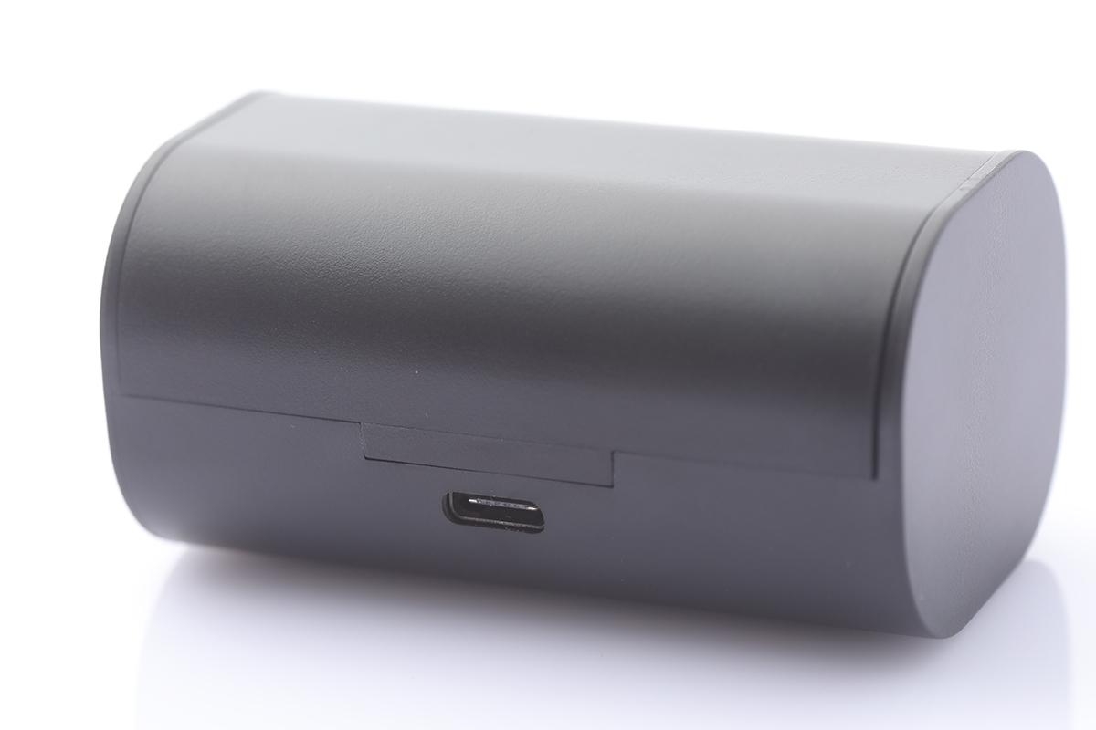 充電盒後方備有 USB-C 插頭作充電之用,只需約兩小時便可為充電盒充滿電。