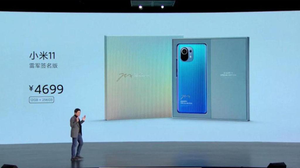 Mi 11 還推出一款採用 3D 紋理玻璃材質的雷軍簽名版手機,售價為 4,699 人民幣。