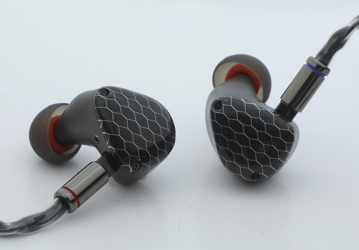 用上全新耳模設計的 Zephyr,外殼以金屬六角蜂巢網面配搭黑金閃粉,低調而獨特。