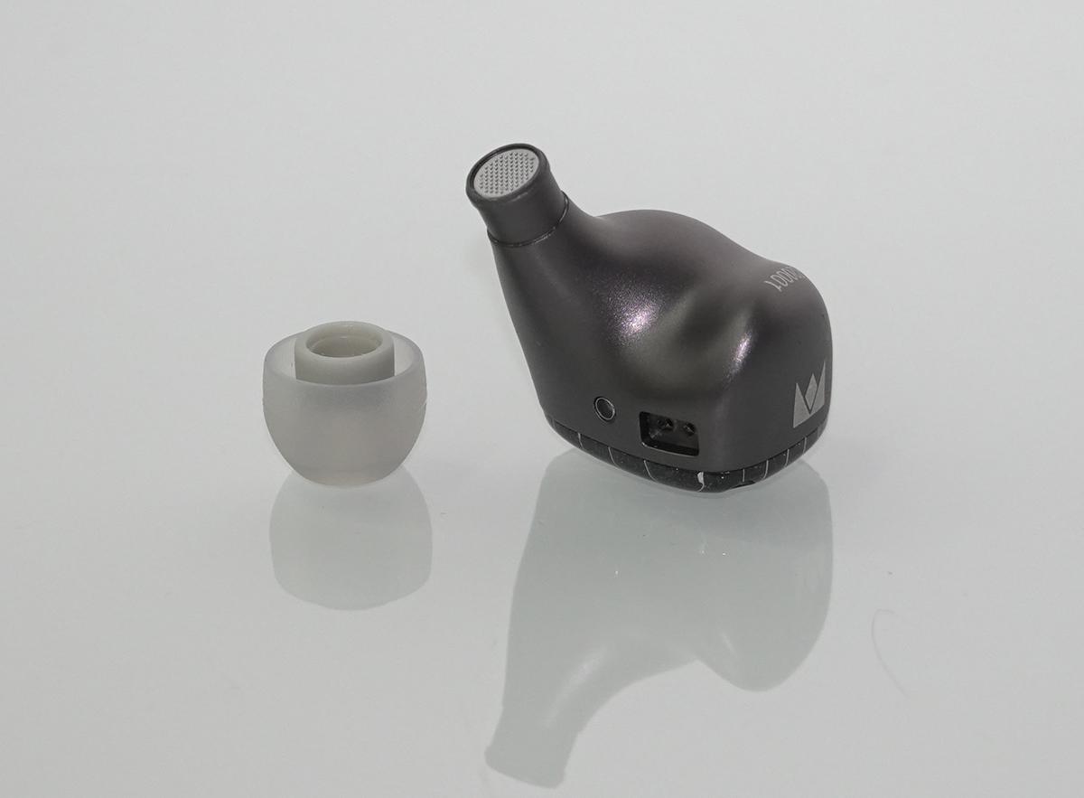 耳機的導管較長,並採用標準的 0.78 兩針可換式耳機線,而插頭旁的圓形為出氣孔。