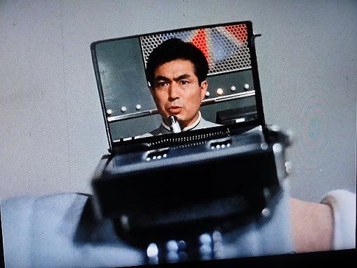《七星俠》劇中超人警備隊用手錶進行視像通信。想不到 50 多年後 Apple Watch 還是要加個配件才能實現⋯⋯