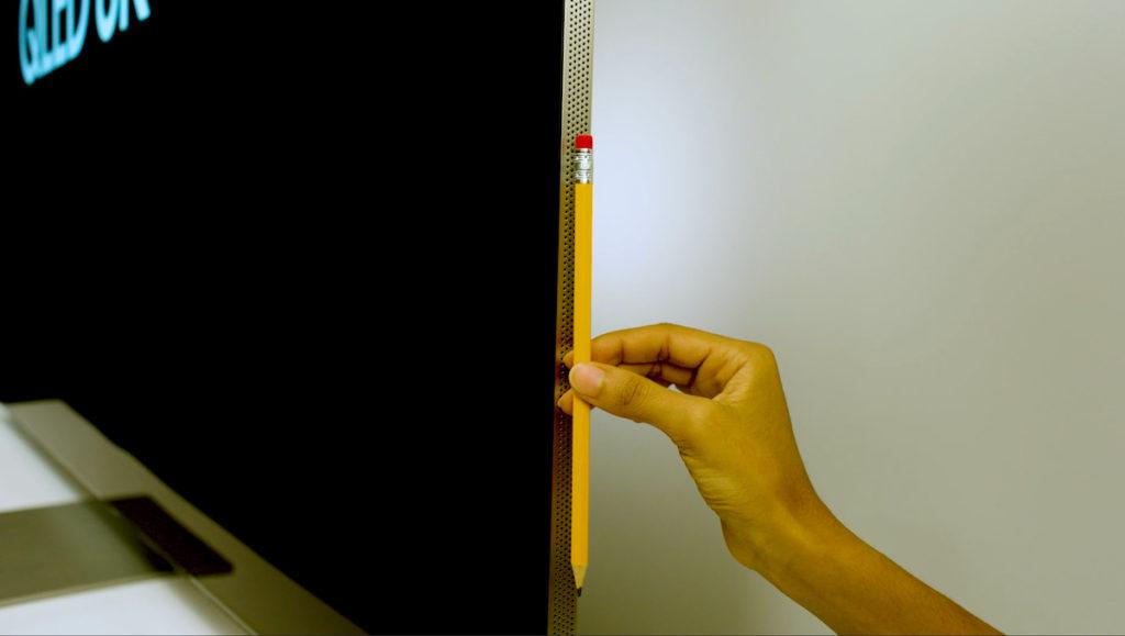 .今年 Neo QLED 電視一樣是無邊框設計,但機身更薄,只有約一支鉛筆粗度,而且改成垂直 90 度直角擺放,有效減少室內反光。
