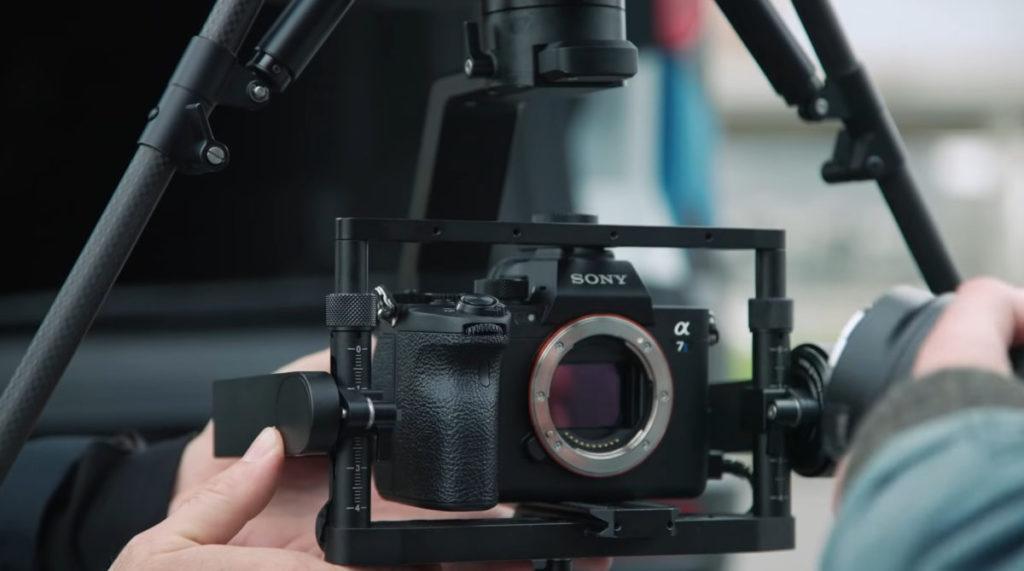 重點,它可以將整台 A7 系列相機連鏡頭安裝到 AirPeak 上