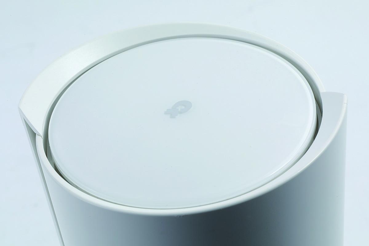 純白外殼玩螺旋設計,似香薰機多過路由器,機身多個位置設有通風口作散熱用。