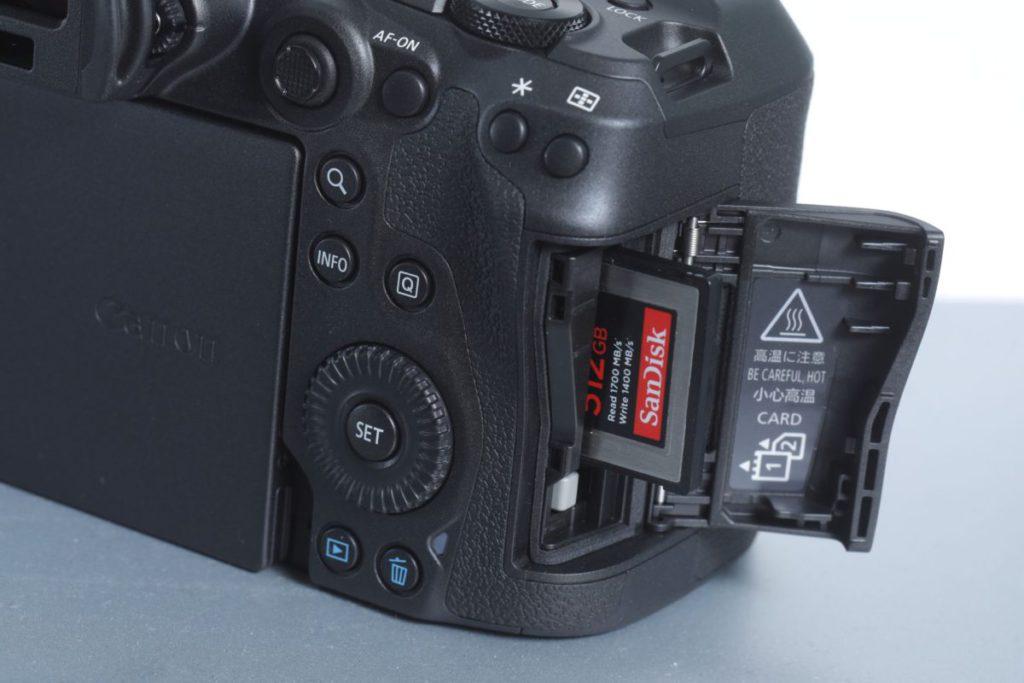 配備雙記憶卡插槽,可插入一張CFexpress 1.0 Type B 及一張SD卡(支援 支援UHS-II)