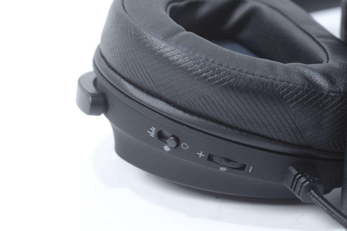耳機旁邊可調節聲音與燈效模式,最上方的Soundwave模式會根據咪高峰所收到的聲音發出燈效。