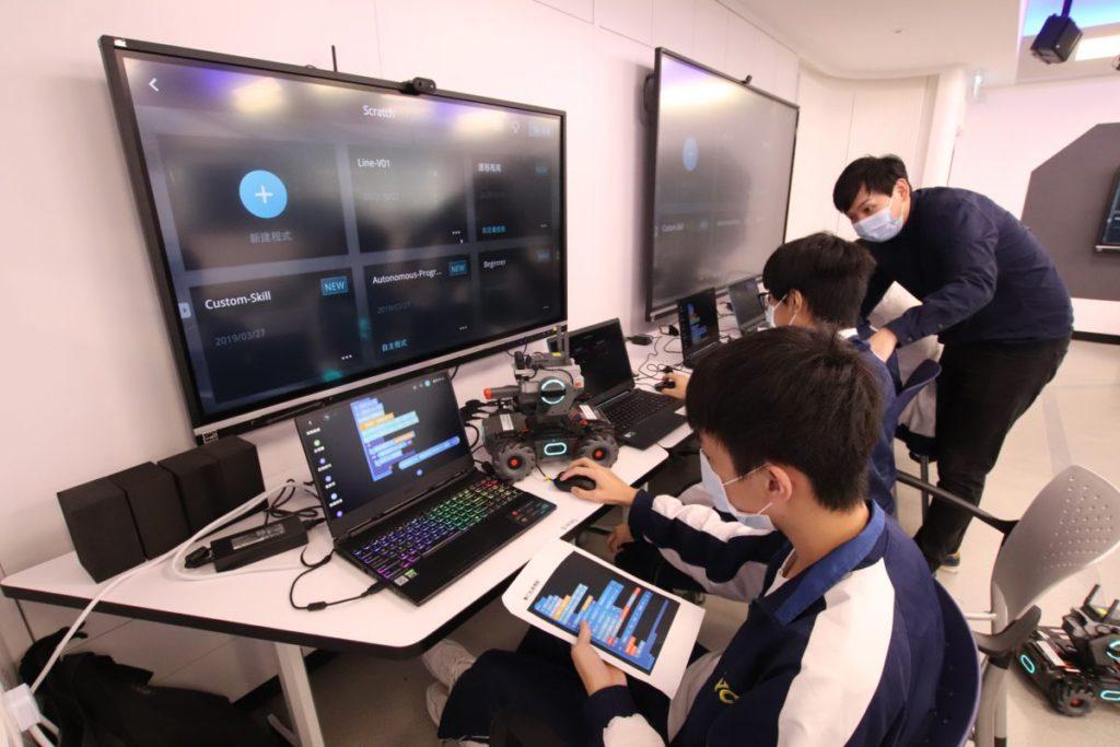 通過設計、操控和製作智能設備及機械人,宣道會陳朱素華紀念中學的學生能於當中學習STEM及AI,他們明言此學習方式十分有趣。