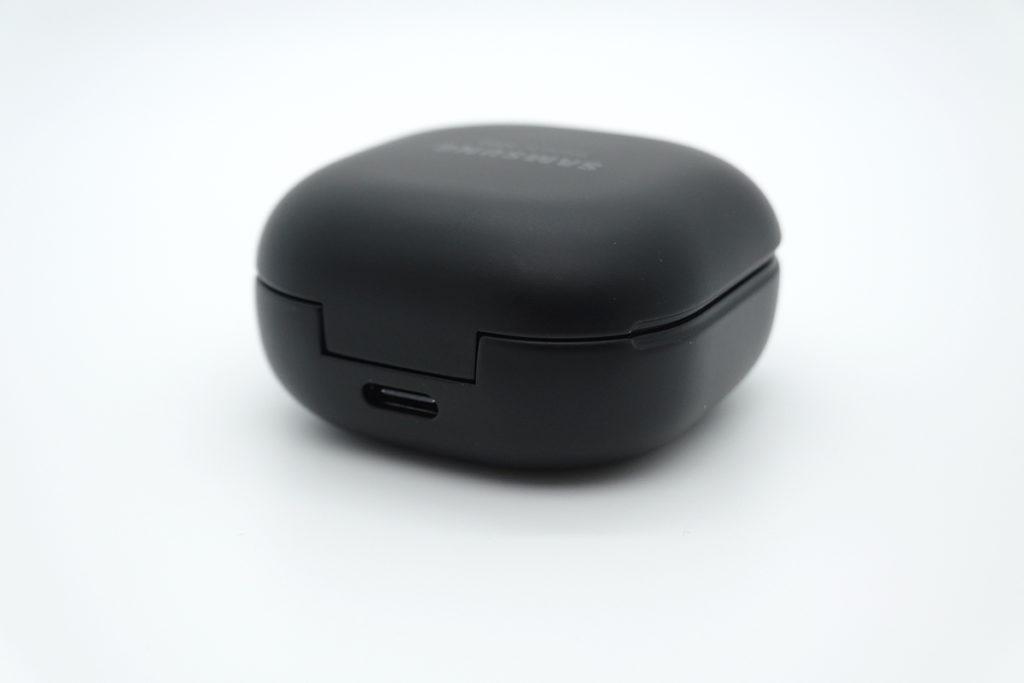 Galaxy Buds Pro 使用 USB-C 介面充電,支援高達 8 小時播放,搭配充電盒額外使用 20 小時,而充電 5 分鐘即可播放 1 小時音樂,並支援 Qi 無線充電。
