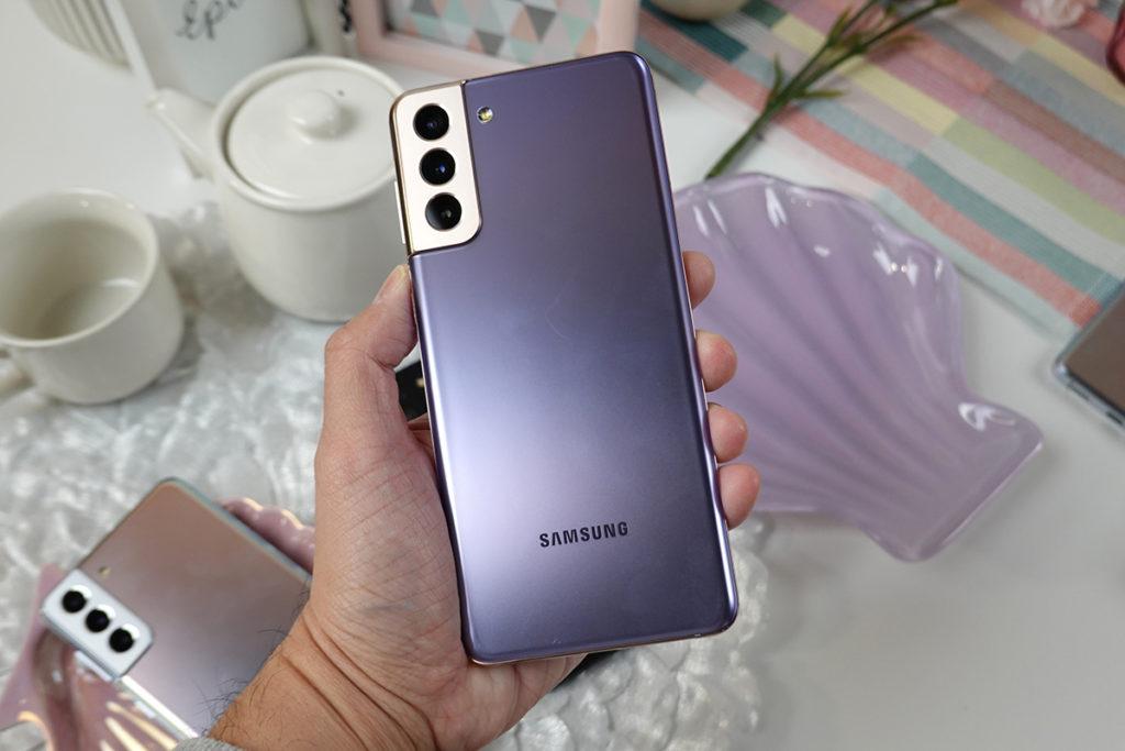 Galaxy S21+ 如最頂級型號一樣的霧面玻璃機背。