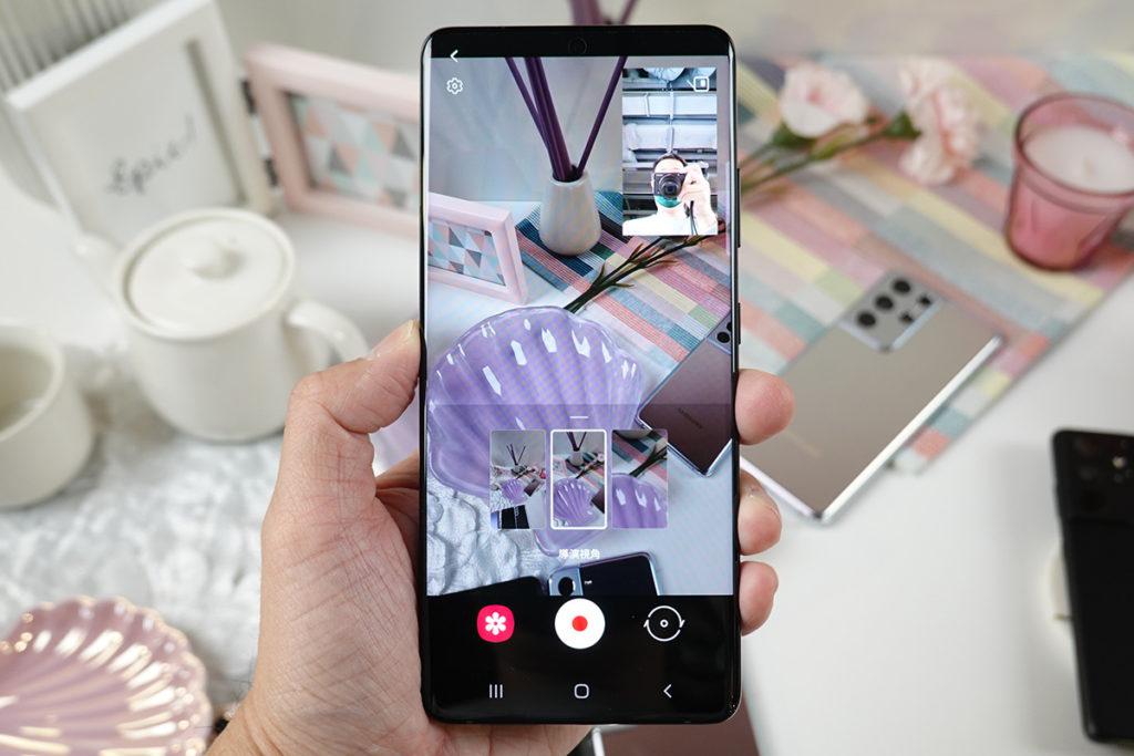 Director's View 功能可同時使用前後鏡頭錄影,而且可即時觀看三個鏡頭的拍攝預覽影像,在拍攝途中也可以切換,對於用手機拍 vLog 的朋友,這個功能相當有幫助。
