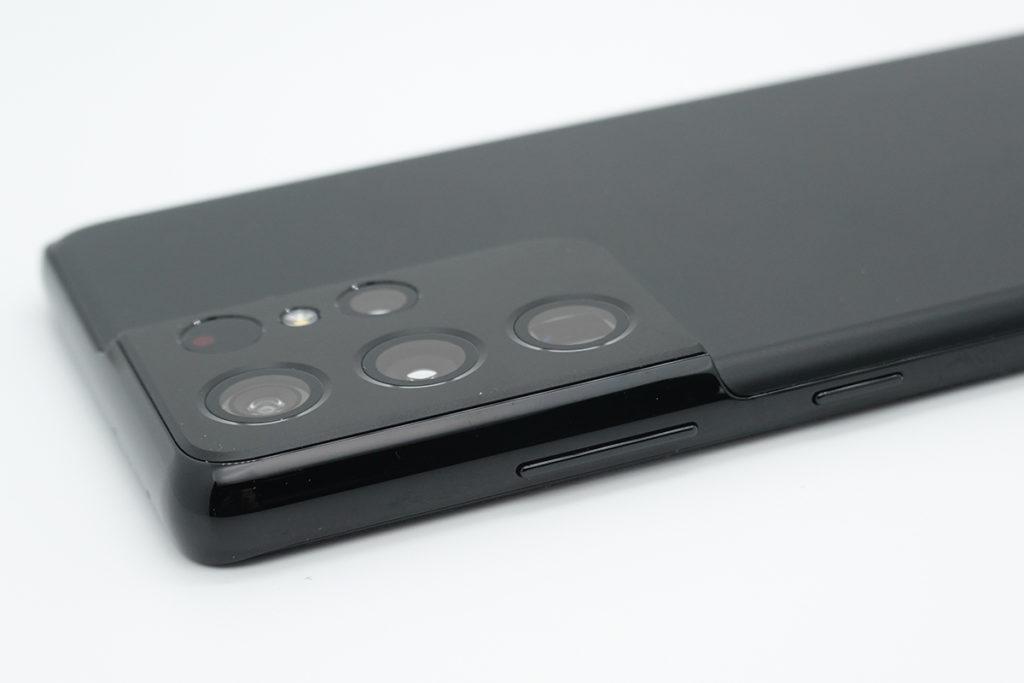 機身邊框延伸至特別造型的「缺角」式主鏡頭模塊,令機身觀感更為一體化。